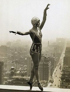 Vintage Photo -- Lina Basquette, dancer and musical comedy star, rehearsing new steps on a ledge of the roof of the Hotel Commodore, 28 stories above Street; New York, Roaring Twenties, The Twenties, Vintage Pictures, Vintage Images, Burlesque, Anita Berber, Cirque Vintage, Cabaret Vintage, Vintage Ballet
