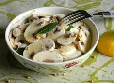 Salad of raw mushrooms with olive oil and lemon - Recipes Easy & Healthy Lemon Recipes Easy, Easy Healthy Recipes, Summer Recipes, Easy Meals, Olives, Mushroom Salad, Healthy Vegetables, Salad Bar, No Cook Meals
