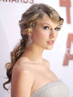 Taylor Swift Curly Cues: The Best Celebrity Curly Hairdos #hair.