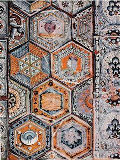 """Pavement de carreaux émaillés hexagonaux """"Vaselli"""", Faenza, 1487."""