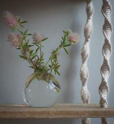 Ideas bonitas con macramé - Muero de amor por la deco Macrame Art, Macrame Design, Ideas Bonitas, Plant Hanger, Flower Power, Perennials, Frost, Flower Arrangements, Projects To Try
