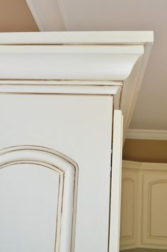 Glazed Kitchen Cabinets - Sherwin Williams Cashmere + Valspar glaze in Raw Umber Types Of Kitchen Cabinets, Update Kitchen Cabinets, Diy Cabinets, Kitchen Cabinet Design, Farmhouse Kitchen Cabinets, Kitchen Interior, Painting Kitchen Cabinets, Updated Kitchen, Mirror