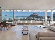 Nada mal curtir uma vista dessas ao lado dos amigos e da família, não é? Visual do segundo andar deste dúplex no Rio de Janeiro (Foto: MCA Studio)