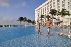 Disfruta momentos increíbles en Cancún con esa persona especial. Cancun Hotels, Street View, Special Person, Hotels, Events, People