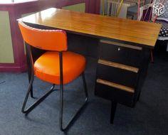 Bureau vintage relooké dans un style déco loft indus.  3 tiroirs  Plateau effet planches de bois vieilli, vernis haute résistance 90 euros