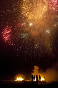 Bonfire Night Recipes for Guy Fawkes Night: Bonfire Night Bonfire Night Guy Fawkes, Bonfire Night Food, Guy Fawkes Night, Fireworks Pictures, Fireworks Art, Firework Safety, Gunpowder Plot, The 5th Of November, Sparklers