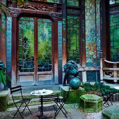 Assistir um filme em Paris é um dos momentos incríveis proporcionados pelo La Pagode Cinema. Um lugar agradável, com charmosa arquitetura oriental cheia de detalhes, um jardim impecável e uma casa de chá deliciosa. Um momento único para passar ao lado de quem você ama, no melhor estilo parisiense.