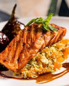 Cru ou cozido, simples ou sofisticado, o salmão é versátil e combina com diversos alimentos. Natural de regiões temperadas e árticas, o peixe faz muito bem para a saúde: rico em vitaminas e ômega-3, seu consumo contribui para a redução dos níveis de colesterol, no combate à hipertensão, além de diminuir os riscos de infarto e estimular o sistema imunológico. Separamos 10 maneiras diferentes de preparar essa deliciosa espécie e torná-la a estrela da noite – mesmo em forma de aperitivo ou…