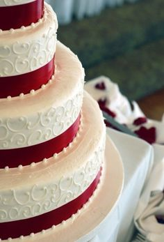 classic white and red christmas themed wedding cakes for winter wedding ideas