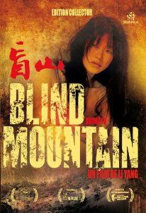 """""""Blind Mountain"""" è un dramma angosciante che ci racconta una storia realmente accaduta in Cina durante l'inizio degli anni novanta. Una giovane studentessa (Bai Xuemei) viene truffata: le viene promesso un lavoro invece si ritrova venduta a un capo villaggio di una zona rurale dimenticata dal mondo. Non solo dovrà obbedire al suo volere (sarà obbligata a sposarsi con lui), ma sarà costretta a farlo diventare padre dopo una serie di violenze, di stupri e di sottomissioni da parte dell'intera…"""