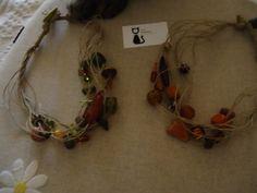 Dois colares curtos,de contas de vidro e fio rústico.