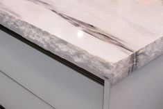 Kitchen countertop luxury - thick, rough edges of marble seen at Eurocucina, Milan 2014 Granite Countertop Edges, Countertop Backsplash, Marble Countertops, Kitchen Countertops, Stone Kitchen, Diy Kitchen, Kitchen Decor, Kitchen Ideas, Ogee Edge