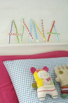Je eigen naam boven je bed maak je eenvoudig zelf van takjes. Goedkope knustel tip van Speelgoedbank Amsterdam voor kinderen en ouders. Kinderkamer budget knutselen