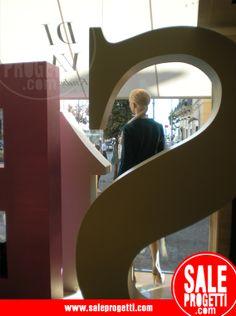 Lettering gigante per allestimento vetrinistico in negozio di abbigliamento di Salerno.  www.saleprogetti.com