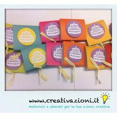 Set composto da 20 chiudi festa realizzati a mano in diversi colori, comprensivi di lecca lecca. Perfetto come bomboniere per compleanni di bambini.