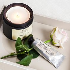 Prêt-à-Paisley | Whitegold Kerze und Handcreme die die Hände samtweich macht.