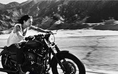 La vie est belle cheveux au vent en Harley...