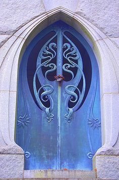 Photos Blend of Architecture with Art Nouveau. At this time it was a revolutionary movement where there was a strict barrier between pure art and art. Art Nouveau focuses more on the concept of und… Cool Doors, The Doors, Unique Doors, Windows And Doors, Front Doors, Metal Doors, Wooden Doors, Entry Doors, Design Art Nouveau