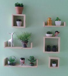 Prateleiras 1,2,3 + Kit Nichos Cubitos fazendo uma composição bem legal na casa da Maria Carolina! ❤️ www.tadah.com.br #tadahdesign #madeiramaciça #decor #decoracao