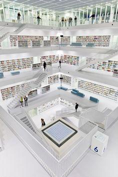 A construção da Biblioteca de Stuttgart começou há três anos e está orçada em 80 milhões de euros. Trata-se de um cubo monolítico com dois pisos subterrâneos e nove andares. O edifício inteiro, tanto dentro quanto fora, é completamente branco.