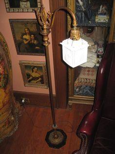 Ancien chandelier mural fleur de lys en bronze ancien for Bougeoir mural ancien
