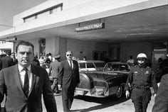 White House Assistant Press Secretary Malcolm Kilduff, left, outside Parkland Hospital. Photo: Houston Chronicle / Houston Chronicle