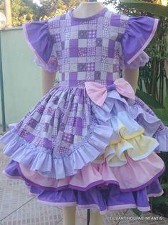 Vestido confeccionado em tricoline 100% algodão, com saia sobreposta com babados com acabamento de viés. Pode ser confeccionado em diversos tamanhos e padronagens. Caso queira envie suas medidas e veja em nosso mostruário as padronagens disponíveis. .    Tabela de valores  De 02 a 03 anos - R$179... Cute Girl Outfits, Baby Outfits, Kids Outfits, Baby Girl Frocks, Frocks For Girls, Baby Girl Dress Patterns, Baby Dress, Girls Fashion Clothes, Kids Fashion