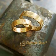 Förlovningsringar i guld. Hamrad yta och gravyr på insidan. Smidda på beställning i vår egen smyckesverkstad och graverade av Ulf i vår egen gravyrateljé. Personalized Jewelry, Gold Rings, Ring Finger, Personalised Jewellery, Custom Jewelry