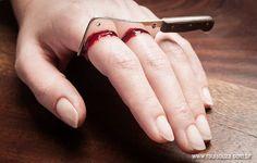 「包丁で指を切った。痛い。」という指輪。ハロウィンにもおすすめ。おもしろいデザインのアクセサリ