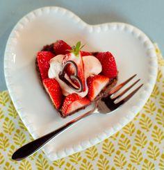 Herzige Törtchen Ein cremiges Gebäck mit einem Crunch-Boden und Erdbeeren