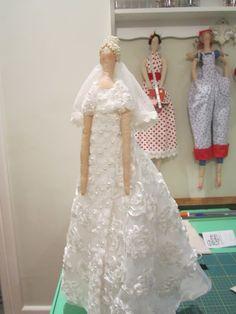 Finalizei a Tilda Noiva e espero que gostem!!         Estou emocionada com o resultado!   Parece que estou vendo minha filha vestida de no...