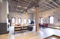 Смесь загородного стиля с индустриальным Лофт расположен в районе Трайбека на Манхеттене. В гостиной с высокими потолками стоит символ старомодной роскоши – рояль. Вся квартира, не исключая детские, отделана натуральным кирпичом в сочетании с деревянными элементами.