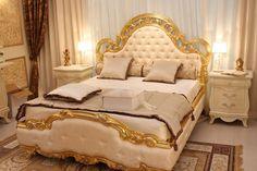 chambre style baroque en beige et lit capitonné en tissu beige assorti Baroque Bedroom, Deco Baroque, Rose Pastel, House Design, Furniture, Style, Home Decor, Beige, Chic