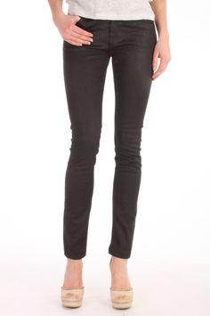 Deze Cleaner AD black coated jeans van Denham is gemaakt van 98% katoen en 2% elastan. Hierdoor zit deze denim de meeste vrouwen als gegoten. Door zijn cleane look is deze 5-pocket slimfit coated jeans de ideale must have voor iedere vrouw. Jeans Denham Cleaner AD 02-13-12-11-101