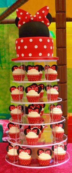 Scarlett would die, she LOVES Minnie Mouse! Minnie mouse cake and cupcakes Minni Mouse Cake, Minnie Mouse Theme, Minnie Mouse Candy Bar, Minnie Mouse Cupcake Cake, Minnie Mouse Cookies, Decoration Minnie, Super Torte, Cupcakes Wallpaper, Bolo Minnie