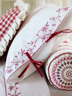 Red embroidery--MUST try redwork! Cross Stitch Embroidery, Embroidery Patterns, Hand Embroidery, Machine Embroidery, White Embroidery, Sewing Crafts, Sewing Projects, Art Du Fil, Linens And Lace