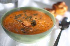 Rödgrön fisksoppa med paprika, tomat och spenat