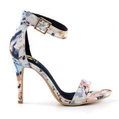 Sandales stiletto en textile fleuri pour femme. Le talon fait 10 cm de hauteur. La semelle int�rieure est en cuir doux et la semelle de marche en caoutchouc.