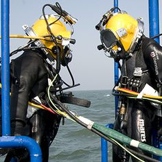 In the US, you must work your way up the professional ladder as a diver. Most start off as diver tenders, and their responsibilities aren't easy. Diving Suit, Scuba Diving, Underwater Welding, Diving World, Shielded Metal Arc Welding, Deep Sea Diver, Welding And Fabrication, Underwater World, Summer Outfits