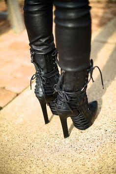 #Ouchhhhh~>Hanh-Park-Black-Boots-12.jpg 600×899 pixels