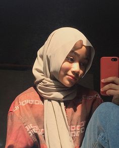 Hijab Fashion Summer, Girl Hiding Face, Casual Hijab Outfit, Hijab Tutorial, Instagram Pose, Selfie Poses, Girl Hijab, Cute Girl Face, Beautiful Hijab