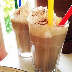 Cuando era chica y hacía mucho calor, me acuerdo que soñábamos con prepararnos un café helado. Es un cafecito muy refrescante pero sobre todo bien goloso.