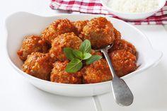 Umberto Vezzoli ci insegna a preparare delle semplici polpette amburghesi al sugo: pochi ingredienti e poca spesa per una super ricetta! Con Vezzi di cucina si può!