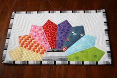 Mug rug with half a dresden plate Dresden Plate Patterns, Dresden Plate Quilts, Mug Rug Patterns, Star Quilts, Mini Quilts, Quilt Patterns, Canvas Patterns, Quilting Projects, Quilting Designs