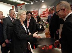 """LYON, Francia (AP) — La candidata presidencial ultraderechista francesa Marine Le Pen dio a conocer su programa el sábado, donde promovió una nación vibrante """"hecha en Francia"""". Eso significa un estado con sus propias fronteras, su propia moneda, su propia defensa y una identidad no cambiada"""
