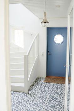 White Scandinavian style in Norway Scandinavian Tile, Scandinavian Interiors, Front Door Steps, Tiled Hallway, Hallway Inspiration, Unique Tile, Painted Stairs, Style Tile, Interior Exterior