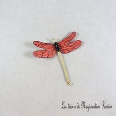 Libellule soie rouge pailletée dorée 5 cm - Un grand marché Bobby Pins, Creations, Hair Accessories, Brooch, Jewelry, Unique, Collection, Playing Card, Red Silk