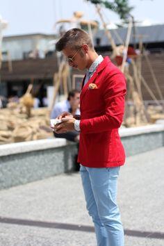 Den Look kaufen:  https://lookastic.de/herrenmode/wie-kombinieren/sakko-langarmhemd-chinohose-krawatte-einstecktuch/563  — Gelbes Einstecktuch  — Weißes gepunktetes Langarmhemd  — Rotes Baumwollsakko  — Hellblaue Chinohose  — Hellblaue Krawatte