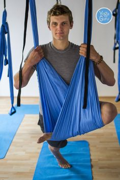 Světle modrá hamaka od YogaGuru.cz v českobudějovickém jógovém studiu Think yoga. Vyberte si hamaku na aero jógu i vy: http://www.yogaguru.cz/cs/hamaky/hamaka-pro-dospele