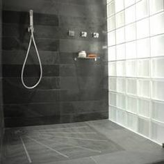 Douche à l'italienne - mur ardoise et briques de verre